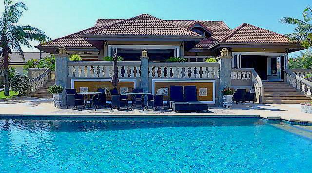 Traumhaus in Pattaya mit grossem Swimmingpool und 2 Gästehäusern